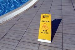 Gult varningstecken: Ñ-auktion, blöter golvet royaltyfri foto