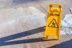 Gult varningstecken fotografering för bildbyråer