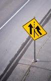 Gult varningsvägmärke på vägen Royaltyfri Fotografi