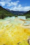 Gult vatten på bergen i Huanglong skönhetfläck Arkivbild