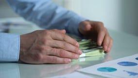 Gulzige zakenman het grijpen het bureaulijst van de geldvorm, onwettige inkomens, besparingen stock footage