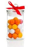 被分类的Gumballs五颜六色的背景在玻璃瓶子的 免版税库存照片