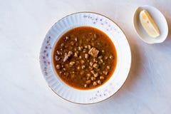 Gumbo hecho en casa de la sopa del quingombó con pan foto de archivo libre de regalías