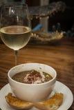Gumbo mit Glas Wein Lizenzfreie Stockfotos