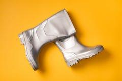 Gumboots de marcha à moda na laranja Fotos de Stock Royalty Free