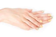 Gumilaka rhinestones i manicure na bielu z ścinek ścieżką Zdjęcie Royalty Free