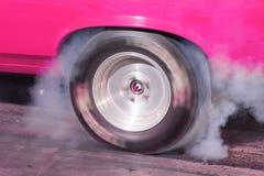 Gummi fliegt und Rauch-Wogen-Beschleunigungsrennen Burnout stockfotos