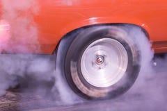 Gummi fliegt und Rauch-Wogen-Beschleunigungsrennen Burnout lizenzfreies stockfoto