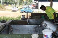 Gummiarbeitskräfte führten Gummis auf Behälter zurück lizenzfreie stockbilder