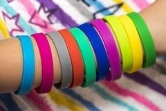 Gummiband förestående Flickor räcker med armband som göras av gummi b arkivbild