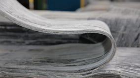 Gummiband på ett stort gummihjulfabriksslut upp lager videofilmer