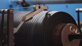 Gummiband på ett stort gummihjulfabriksslut upp stock video