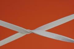 Gummiband som är elastiska med en orange bakgrund Royaltyfri Foto