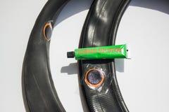 Gummiflecken auf der Fahrradfelge Stockbilder
