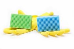 Gummihandschuhe und Schwämme einer Reinigung. Stockbild
