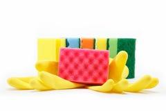 Gummihandschuhe und Schwämme einer Reinigung. Stockfotografie
