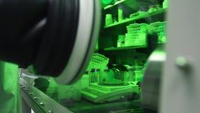 Gummihandskar som för kemiska experiment och ingen kontakt med vikter stock video