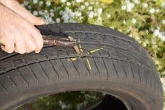 Gummihjul för plan bil för knipa Skada för bilgummihjulet med spikar royaltyfria bilder