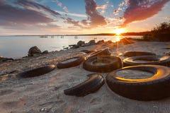 Gummihjul på stranden på solnedgången Arkivbild