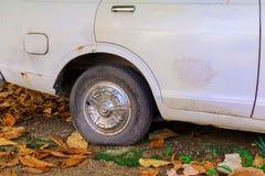 Gummihjulet för det övre hjulet för slutet tillfogar det plana av bilen som är gammal med kopieringsutrymme, text Arkivbilder