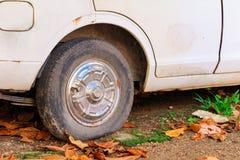 Gummihjulet för det övre hjulet för slutet tillfogar det plana av bilen som är gammal med kopieringsutrymme, text Royaltyfri Foto