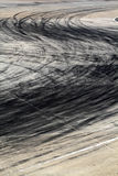 Gummihjulfläckar på vägspår arkivbild