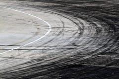 Gummihjulfläckar på vägspår arkivfoto