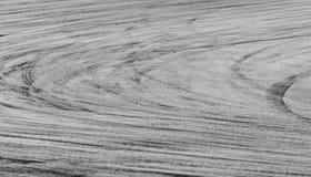 Gummihjulfläckar på vägspår arkivbilder