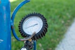 Gummihjulpistolmanometer Reparation av hjul Utrustning f?r gummihjulreparation p? bensinstation Kompressor f?r att pumpa gummihju arkivbild