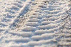 Gummihjulspår i den djupfrysta snön - is - detalj Fotografering för Bildbyråer
