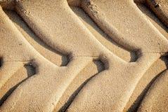 Gummihjulspår i sanden Royaltyfri Bild
