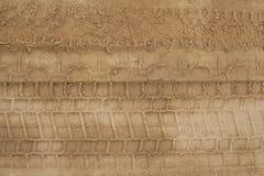 Gummihjulspår i sanden Royaltyfria Foton