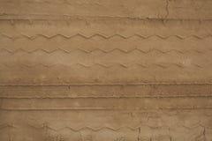 Gummihjulspår i sanden Arkivbild