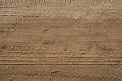 Gummihjulspår i sanden Arkivfoto