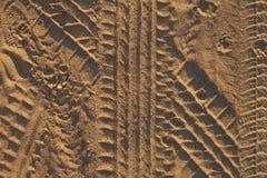 Gummihjulspår i sanden Arkivfoton