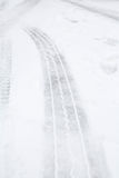 Gummihjulspår i snö Royaltyfria Foton