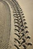 Gummihjulspår på en strand Royaltyfria Bilder