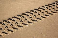 Gummihjulspår på en strand Arkivbilder