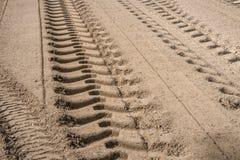 Gummihjulspår på sandväggrund Royaltyfria Bilder