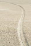 gummihjulspår på stranden Fotografering för Bildbyråer