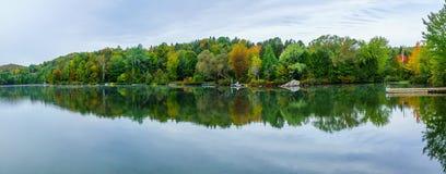 Gummilack Rond See, in Sainte-Adele lizenzfreies stockfoto