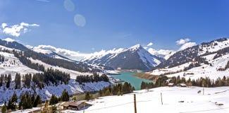 Gummilacka de l ` Hongrin är en behållare i Vaud, Schweiz Behållaren med ett yttersidaområde av 1 60 km2 0 62 sq mi lokaliseras i Arkivfoto