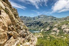 Gummilacka de Melo ovanför den Restonica dalen i Korsika arkivfoton