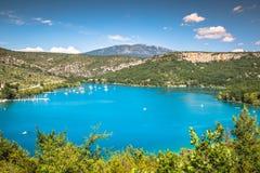 Gummilacka de Sainte-Croix, sjö av Sainte-Croix, Klyfta du Verdon som är pro- fotografering för bildbyråer