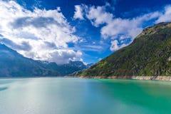 Gummilacka (sjö) Emosson nära Finhaut i Valaisen, Schweiz Arkivfoton
