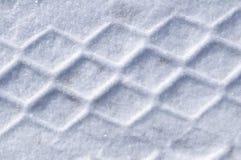 Gummireifen-Spuren im Schnee lizenzfreie stockbilder