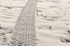 Gummireifenspur im Schnee Lizenzfreie Stockfotos