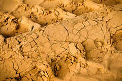Gummireifenspuren auf dem Sand Lizenzfreies Stockbild