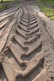 Gummireifenspuren auf dem Sand Lizenzfreie Stockbilder