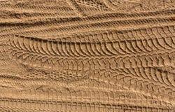 Gummireifenspuren auf Sand Stockfotos